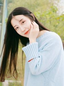 深秋自然中的清新美女笑容恬静怡人