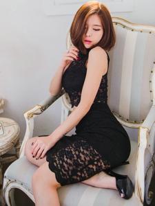 黑丝裙露肩美模端坐在沙发上安静迷人曲线妖娆