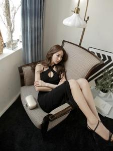 躺在沙发上的露肩裙模特翘着修长美腿