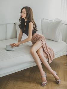 躺在床上的侧颜美模温婉动人细直长腿