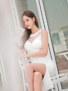 露天餐桌上的美艳模特举手投足尽显妩媚诱惑