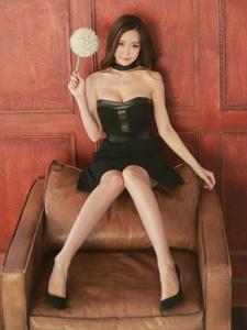 抹胸黑裙模特霸气的坐在沙发上