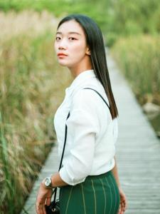 绿色原野中的文静妹子清爽丽人