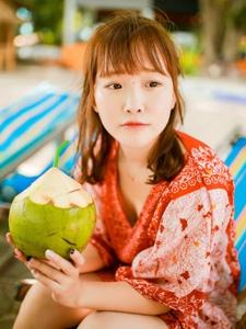 靓丽少女度假椰汁美味清凉解暑