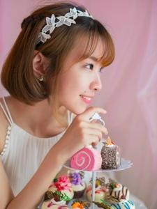 粉红私房内的甜点少女悠闲舒适时光