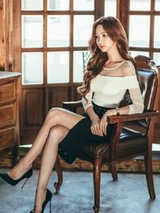 复古房间内的中分美模安静的坐在椅子上沉思