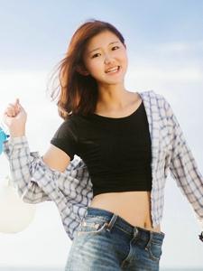 海岸边的格子衬衫美女开心玩耍活泼写真