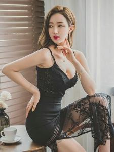 吊带蕾丝黑裙美模霸气坐在餐桌上红唇鲜嫩欲滴