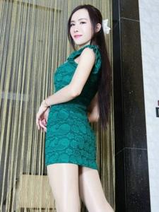穿着绿色紧身裙的美胸女人私房翘臀后期美腿诱惑