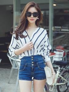 街边行走美模衬衫热裤装白皙光滑大长腿