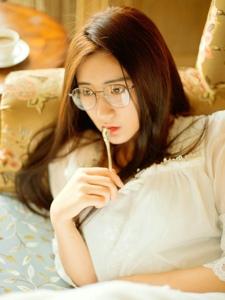 沙发上的眼镜长发美女书生气息迷人写真