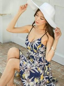 商店前台阶上的连衣裙嫩模夏日清凉写真