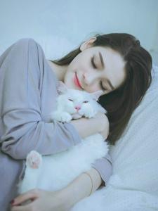 大眼美模床上抱着猫咪熟睡安静迷人