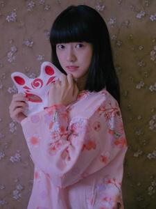 昏暗私房内的靓丽和服齐刘海猫咪少女