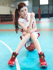 英姿飒爽的运动小萝莉唯美室内篮球场写真