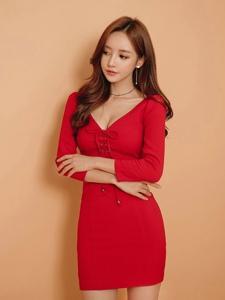 鲜艳红裙美模傲人上围撩人心扉