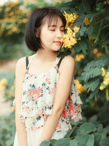 花丛中的清甜短发背心少女甜蜜可人