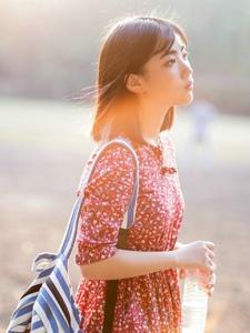 阳光下的安静少女精致脸庞耀眼写真