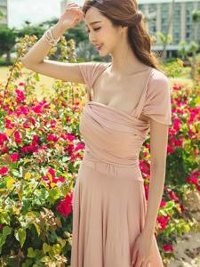 户外花丛里的粉嫩裙美模胸前春光无限