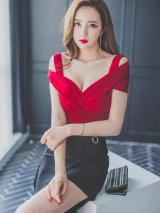 凳子上的绝美美模红裙衬托的美艳绝伦