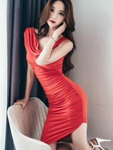 靓丽红裙美模跪在沙发上霸气女王范十足