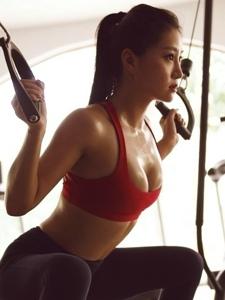 健身房的大胸紧身裤美女性感风韵湿身写真