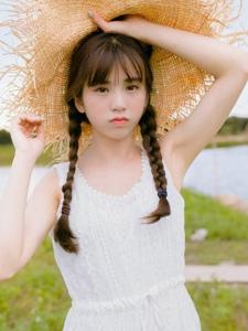 阳光明媚天空下的草帽氧气少女白皙肌肤