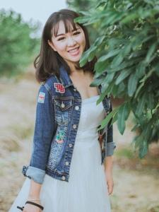 清新户外牛仔衣白裙摄影妹子笑容灿烂