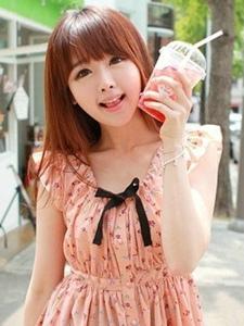 可爱的清纯奶茶女孩靓丽连衣裙卖萌写真