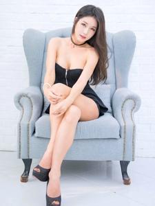 韩国低胸露肩装性感御姐白皙美腿诱惑写真