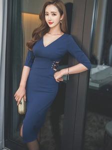 酒店内气质美模深蓝裙坐在床上露乳勾人