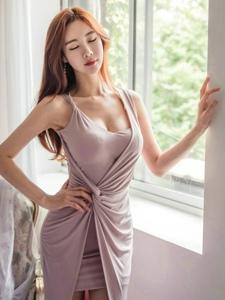 梦幻紫罗兰裙模特前凸后翘站在窗前闭眼感受