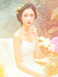 花丛中的婚纱盘发女神气质养眼写真
