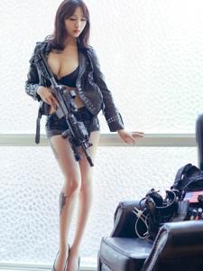 性感女神展如修长纹身美腿美胸前凸后翘