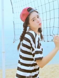 沙滩网球场上的嘟嘴小美女活力十足