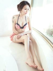 纹身美女泳装浴池白皙美腿性感写真