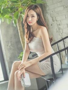 椅子美模斜肩裙秀香肩白皙肌肤令人垂延