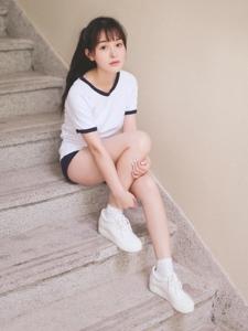 运动装校园刘海美女露美腿粉嫩清新活力朝气十足