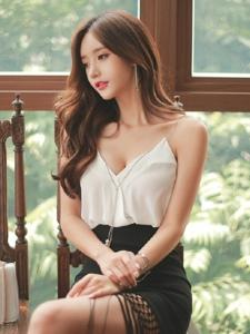 阳台上静静的坐着的吊带裙美模小秀乳沟