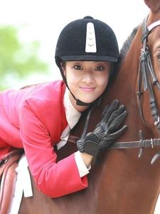 马场上的英气骑马姑娘帅气十足
