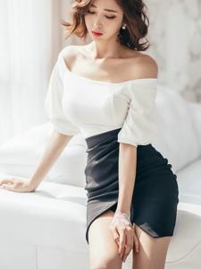 沙发上的摸腿美模一字肩裙气质温柔写真
