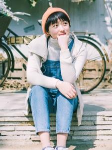 冬日内的背带裤短发少女温暖阳光