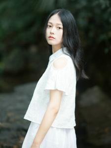 幽静小溪旁的精致美女温柔宜人写真