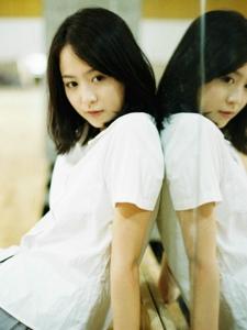 白衬衫软萌妹子短裙阳光下耀眼写真
