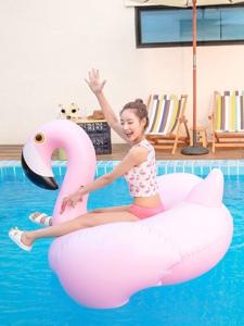 户外泳池内的丸子头嫩模笑容甜美可爱迷人