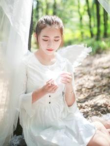 森林内的天使少女白皙肌肤美艳动人