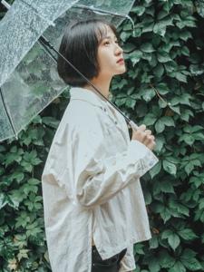 雨天内的短发少女清新柔美舒适