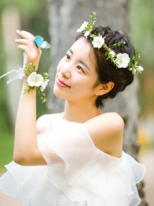 森林内的花环白裙女神香肩迷人写真