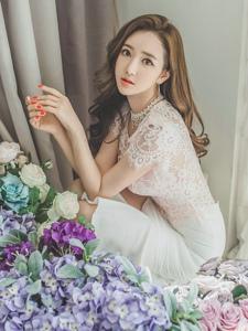 花丛中的气质美模蕾丝包臀裙柔美清新
