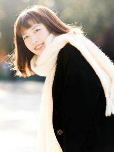暖冬内的可爱波波头少女笑容灿烂